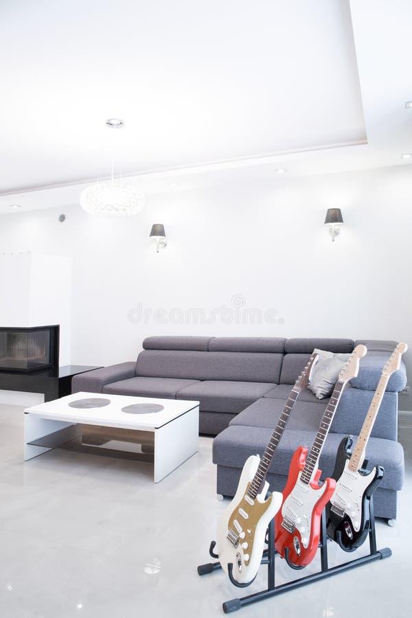 Электрические гитары в живущей комнате стоковое фото rf