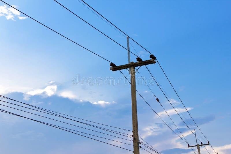 Электрические линии электропередач и провода поляка стоковая фотография rf
