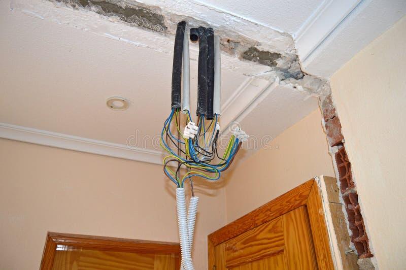 Электрические кабели от потолка стоковое изображение rf