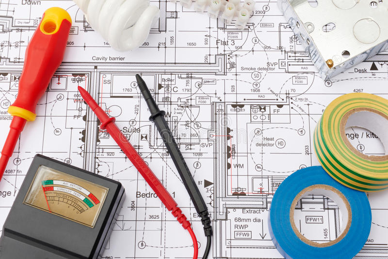 Электрические компоненты аранжировали на планах дома стоковое изображение