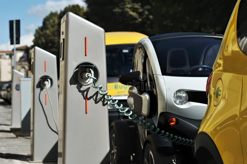 Электрический автомобиль в свободно перезаряжать станцию в Флоренсе стоковая фотография
