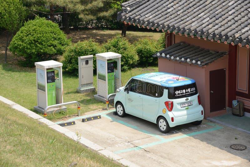 Электрический автомобиль и зарядная станция стоковая фотография