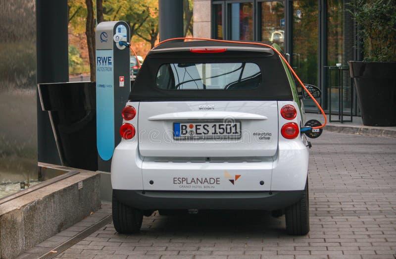 Электрический автомобиль на зарядной станции стоковые фотографии rf