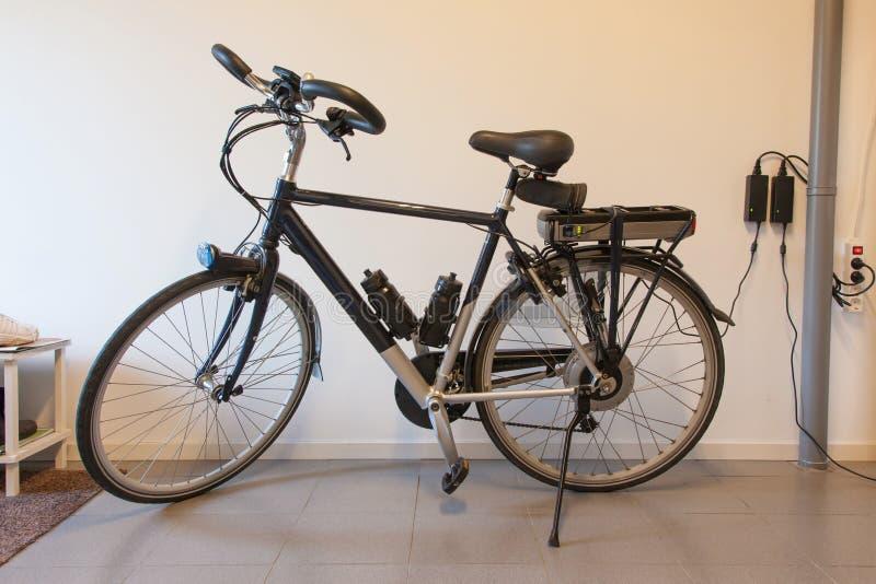 Электрический велосипед в гараже стоковые фото