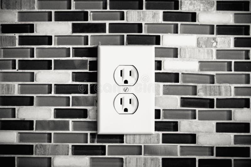 Электрический выход установленный в современный фон кухни стоковая фотография