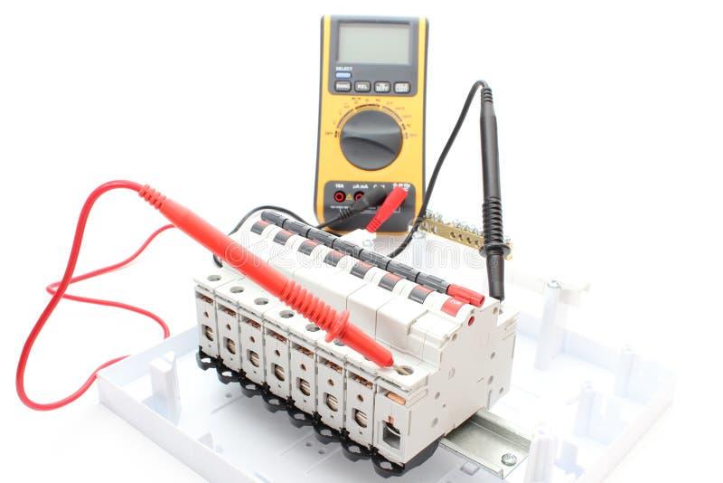 Электрический переключатель на пульте управления и вольтамперомметре стоковое фото