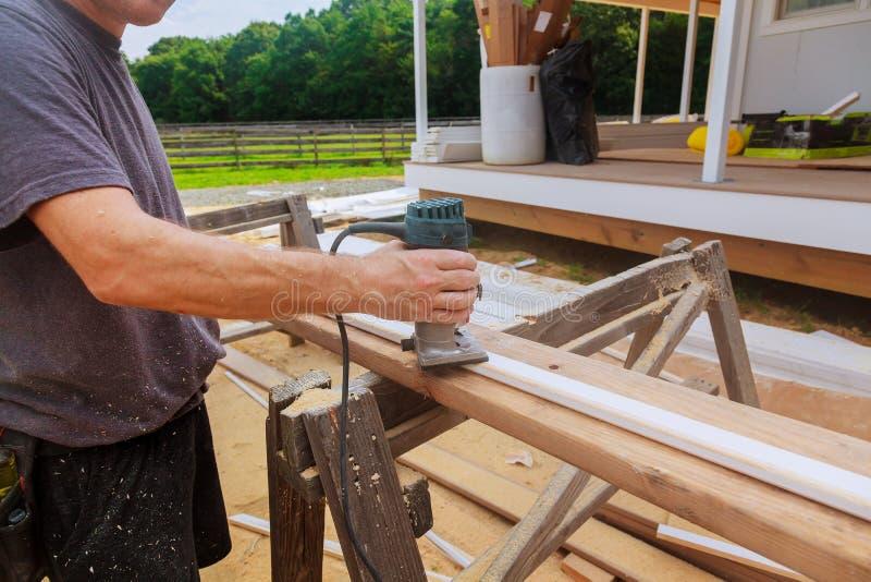 электрический ручной маршрутизатор неподвижного основания силы с перчатками работы на древесине стоковые фото