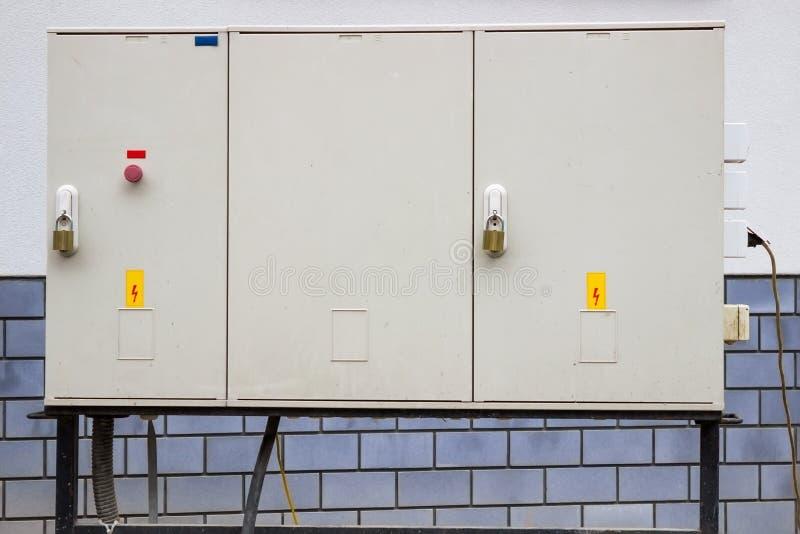 Электрический шкаф с предупредительными знаками и padlocks стоковая фотография