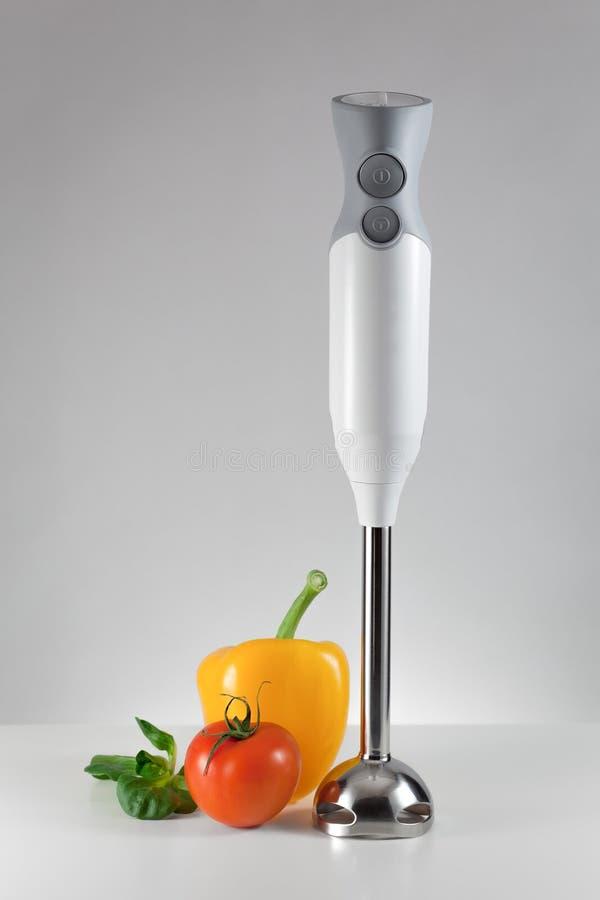 Электрический blender и свежие овощи стоковое фото rf