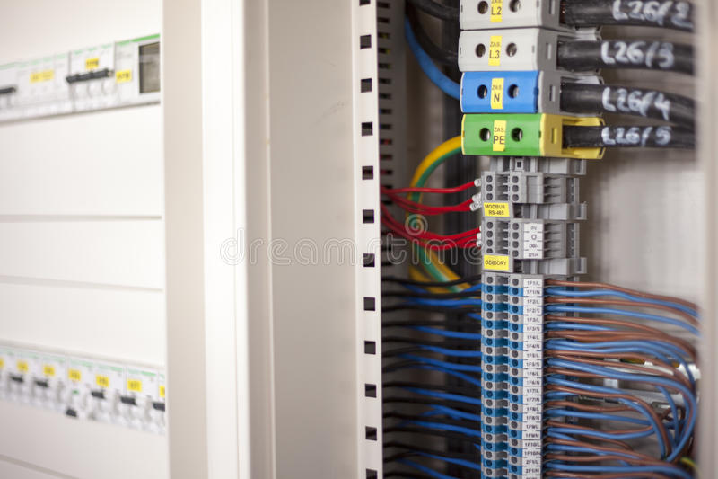 Электричество - провода в пульте управления стоковая фотография