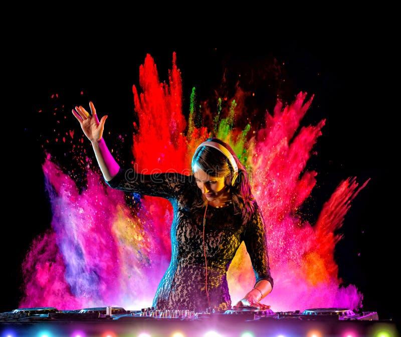 Электронная музыка девушки Dj смешивая с порошком цвета стоковое фото rf
