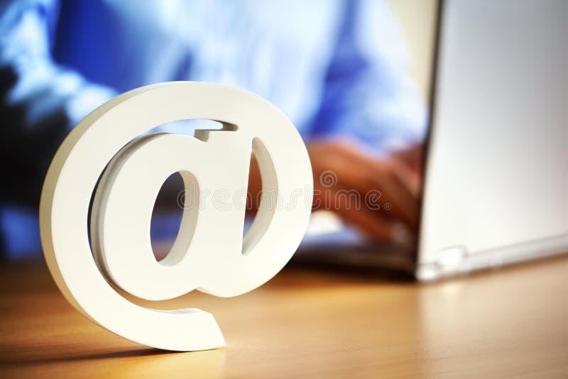 Электронная почта @ на символе стоковые изображения