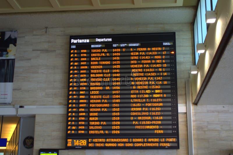 Электронное расписание поезда на железнодорожном вокзале Венеции стоковая фотография rf