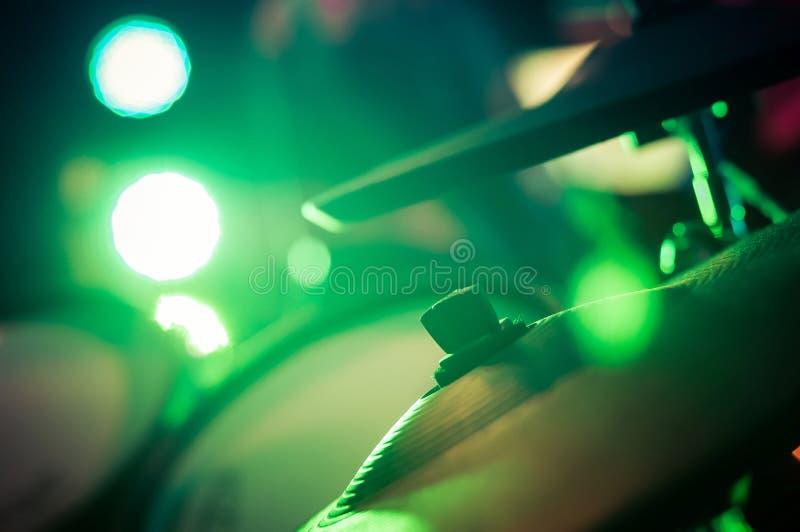 Электронные барабанчики установили с цимбалами в зеленом свете стоковое изображение