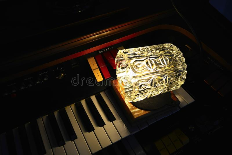 Электронный орган с лампой просторной квартиры стоковые изображения