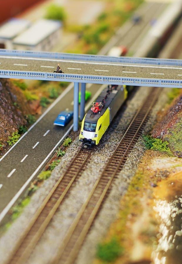 Электропоезд около скоростной дороги стоковые фотографии rf