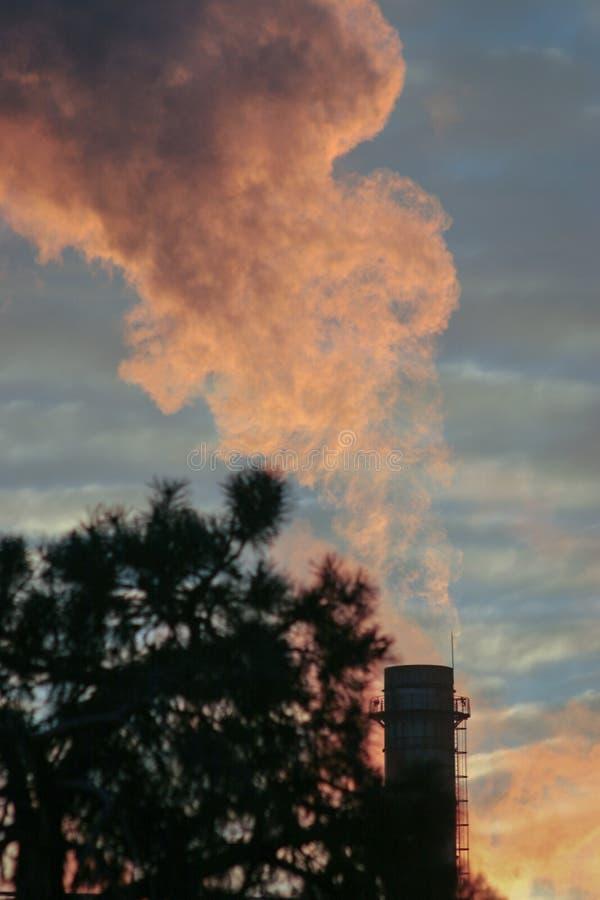 Электростанция Бухареста работая на полную мощность над восходом солнца стоковые изображения
