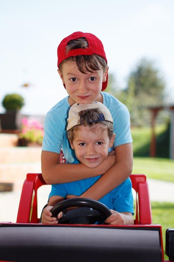 Электротранспорт привода маленьких братьев стоковые фото