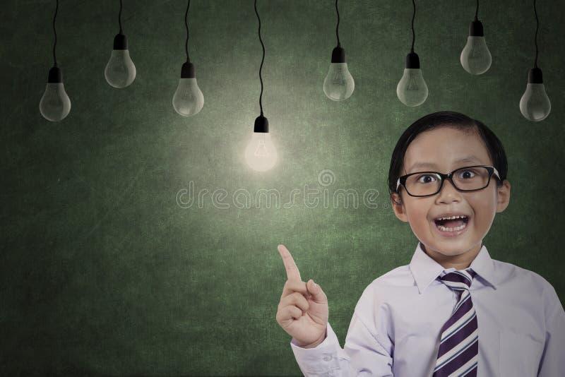 Элементарный студент с электрическими лампочками стоковое изображение