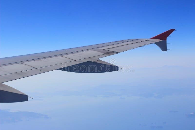 Элероны и щитки tucked квартира в крыле самолета на скорости круиза стоковая фотография