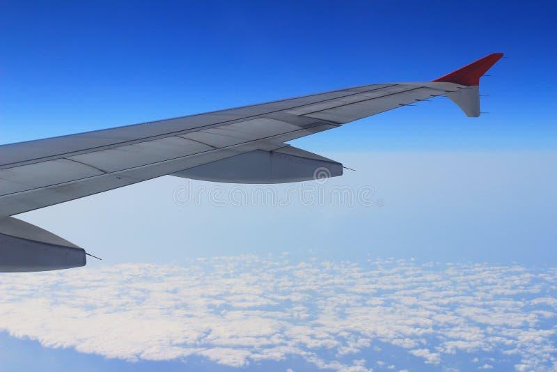 Элероны и щитки tucked квартира в крыле самолета на скорости круиза стоковая фотография rf