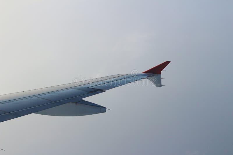 Элероны и щитки tucked квартира в крыле самолета на скорости круиза стоковое фото