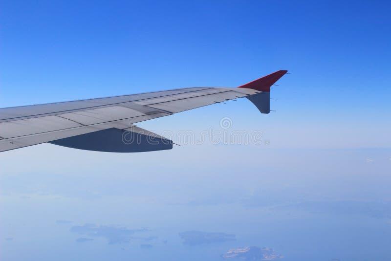 Элероны и щитки tucked квартира в крыле самолета на скорости круиза стоковое изображение rf