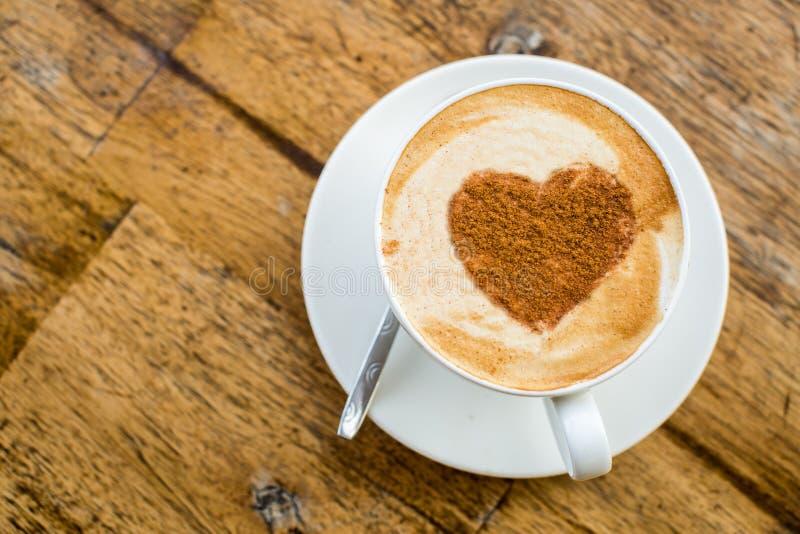 любить кофе Чашка свежего капучино с знаком сердца стоковое фото rf