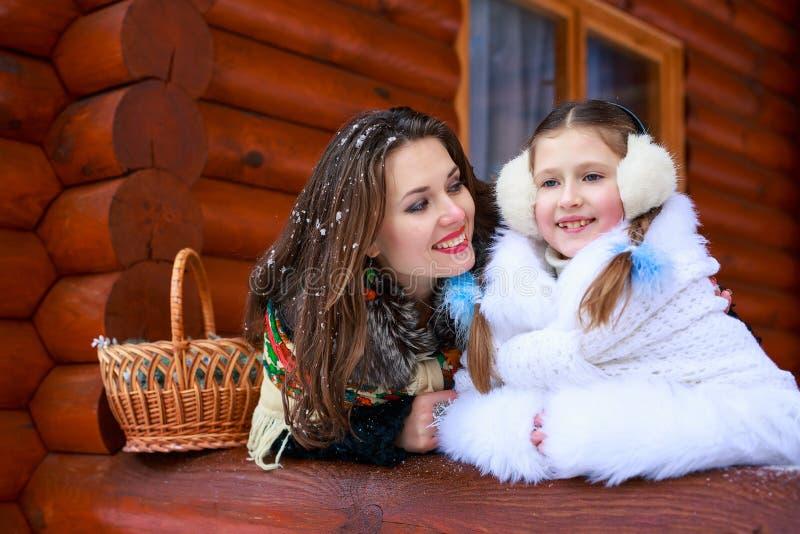 любить семьи счастливый девушка матери и ребенка играя, целуя и обнимая стоковое изображение