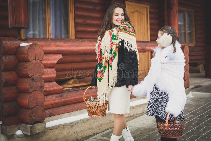 любить семьи счастливый мать и девушки идут совместно, говорят и прижимаются стоковые изображения rf