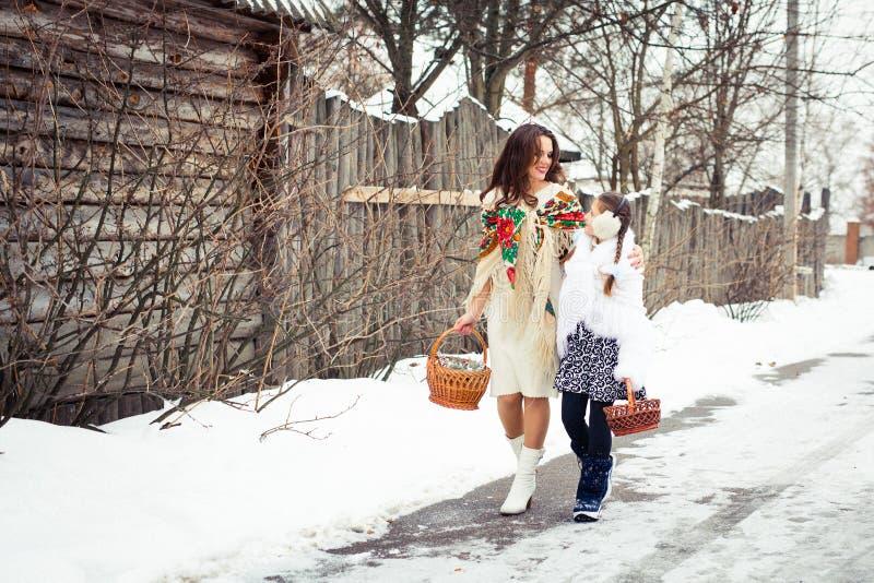 любить семьи счастливый мать и девушки идут совместно, говорят и прижимаются стоковые изображения
