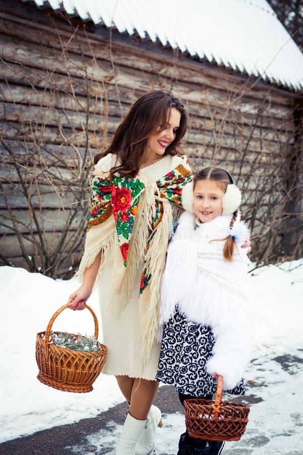 любить семьи счастливый мать и девушки идут совместно, говорят и прижимаются стоковые фотографии rf