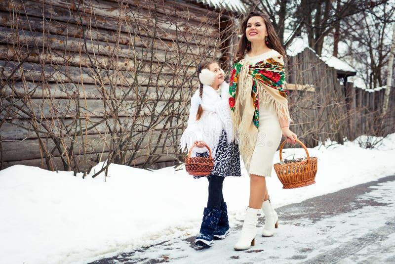 любить семьи счастливый мать и девушки идут совместно, говорят и прижимаются стоковые фото