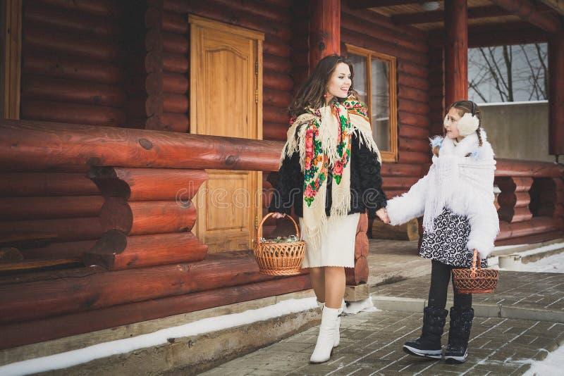любить семьи счастливый мать и девушки идут совместно, говорят и прижимаются стоковое изображение rf