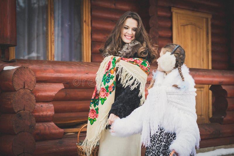 любить семьи счастливый мать и девушки идут совместно, говорят и прижимаются стоковая фотография rf