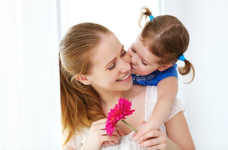 любить семьи счастливый цветок дня дает матям сынка мумии к дочь дает ее матери подачу стоковое изображение