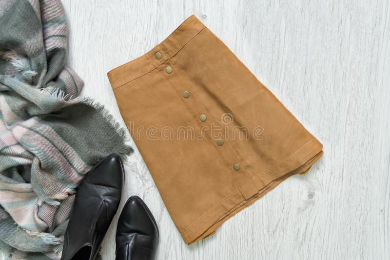 Юбка замши Брайна, черные ботинки и шарф модная концепция стоковое фото