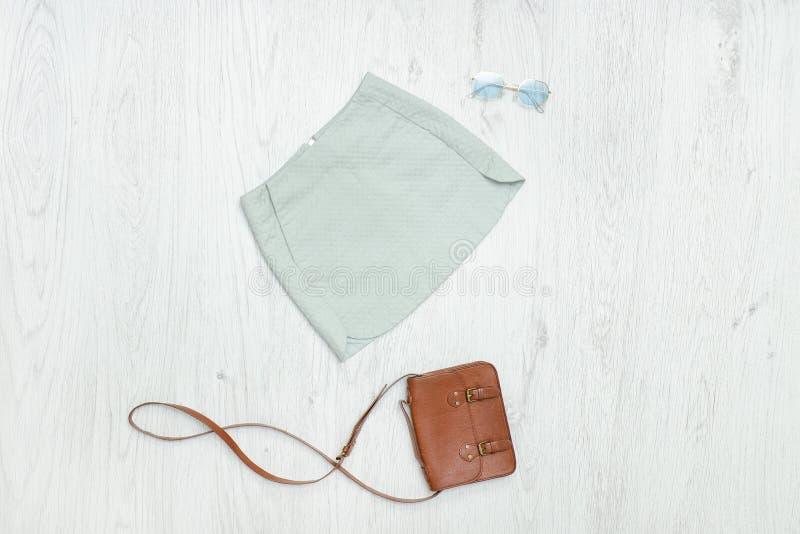 Юбка, сумка и солнечные очки мяты модная концепция стоковое изображение rf