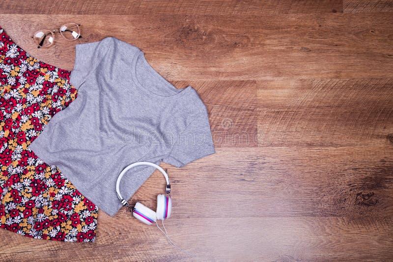 Юбка, футболка, аксессуары, космос для текста стоковое изображение rf
