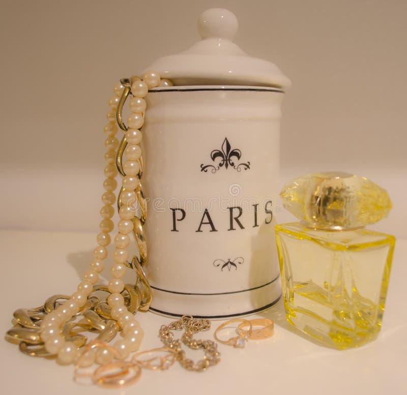 Ювелирные изделия и духи золота для женщины стоковое изображение