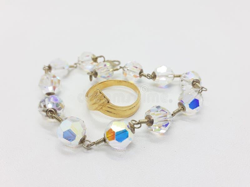 Ювелирные изделия кольца красивой женщины роскошные в белой предпосылке 05 стоковое изображение rf