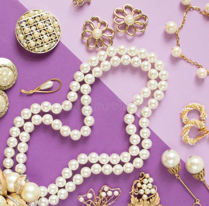 Ювелирные изделия ` s женщины Винтажная предпосылка ювелирных изделий Красивые фибулы goldtone и жемчугов, braceletes, ожерелья и стоковые фото