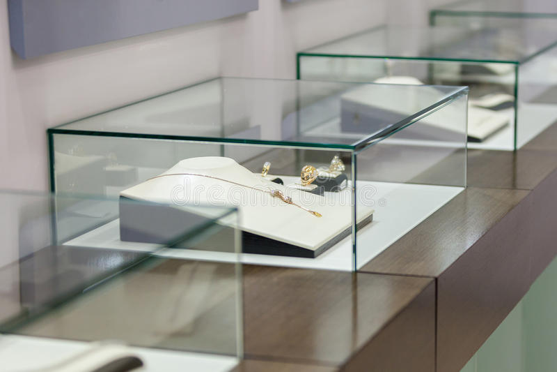Ювелирные изделия в витрине стоковая фотография rf