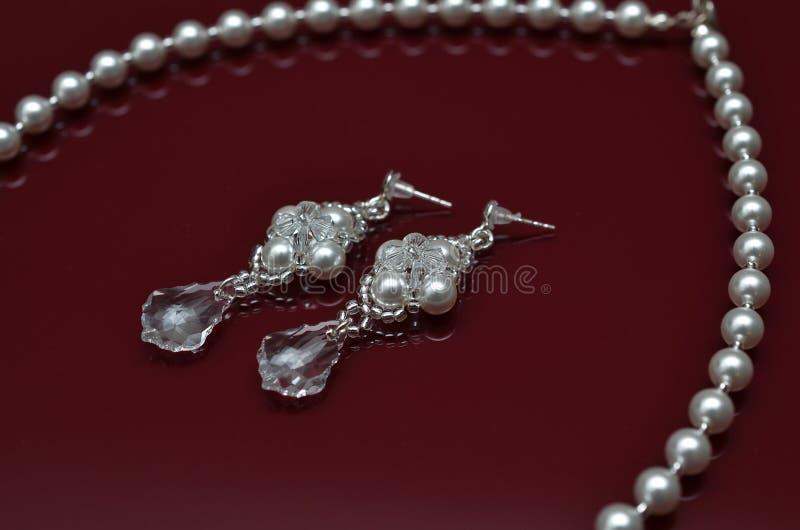 Ювелирные изделия жемчуга роскошные на бургундской изолированной предпосылке стоковые изображения rf