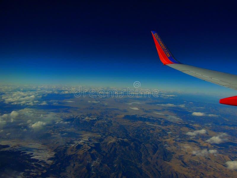 Юго-западное Airlline летая над юго-западной горной цепью стоковое фото rf
