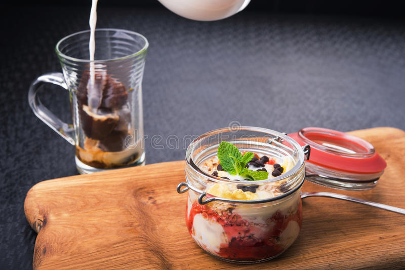 Югурт десерта Tasdy с granola стоковые изображения