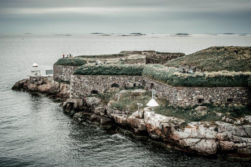 Южная береговая линия Швеции с взглядом на береговой линии на каменной крепости с обеспечивает стену на скалистом острове в Балти стоковое изображение