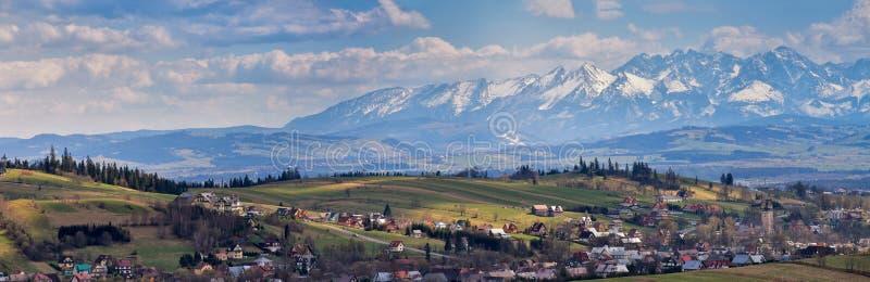 Южная панорама Польши с снежными горами Tatra весной стоковая фотография