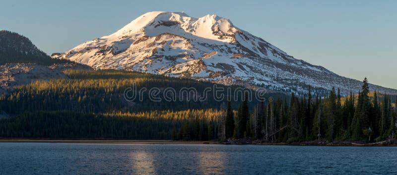 Южные гора сестры и озеро искр на сумерк стоковые изображения