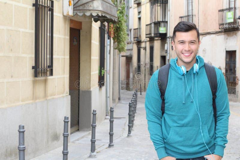 Южный - американский молодой человек усмехаясь outdoors стоковая фотография rf